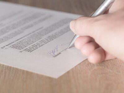 Signature immobilier : Les acheteurs devraient-ils signer des accords d'exclusivité avec un agent ?